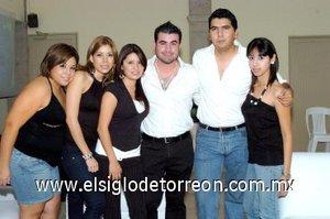 25112007 Pepé Bazán con sus amistades Lizeth, Chuy, Mary Cruz, David y Jazmín que lo acompañaron en su fiesta de cumpleaños.