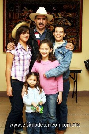 28112007 Lorena acompañada de sus padres Jorge Alberto Lozano Vergara y María Elena Martínez de Lozano, y sus hermanas Claudia y Mónica.