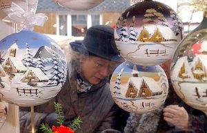Varias personas observan el escaparate de una de las tiendas con objetos navideños en Lauscha, Alemania. Lauscha es famosa por el soplado de vidrio y tradicionamente pone a la venta objetos para el árbol de navidad en este mercado.