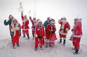 Veinticinco Santa Claus visitaron la montaña alemana más alta para sorprender a los niños hospitalizados en el centro infantil y juvenil de reumatología de Garmisch-Partenkirchen.