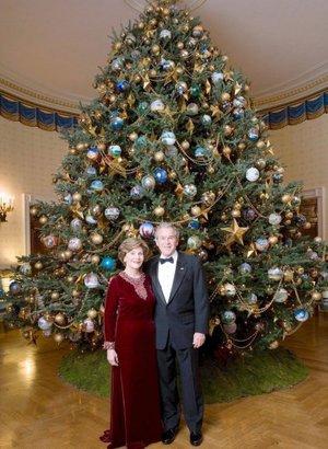 El presidente de Estados Unidos, George W. Bush y su esposa Laura, posan delante de un árbol de Navidad en la Habitación Azul de la Casa Blanca.