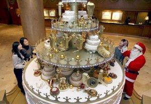 En uno de los lujosos hoteles de Seúl, Corea del Sur, innovaron por la llegada de las fiestas decembrinas y decidieron colocar un curioso árbol hecho de pasteles de varios sabores.