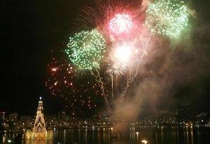 El mayor árbol de navidad flotante del mundo fue encendido  en medio de fuegos artificales, para iluminar por décimo segundo año consecutivo la navidad de la ciudad brasileña de Río de Janeiro.
