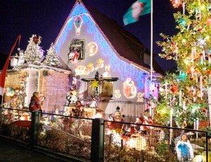 Cientos de focos forman parte de la decoración navideña de una casa en Kelkheim cerca de Francfort, Alemania.