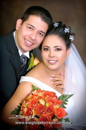 Ing. Carlos Alberto Gámez Castillo y Lic. Claudia Martínez Martell contrajeron matrimonio en la parroquia de San Pedro Apóstol de la ciudad de San Pedro de las Colonias, Coah., el sábado 27 de octubre de 2007.  <p> <i>Studio Sosa</i>
