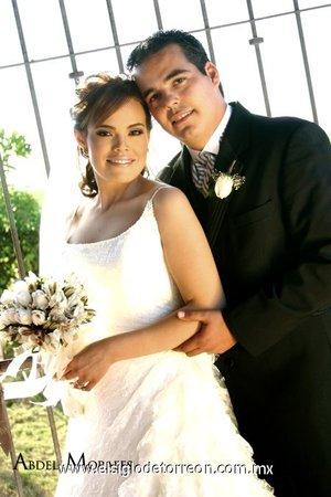 Sr. Sergio Raúl Gutiérrez Ceniceros y Srita. Érika Martínez Tapia contrajeron nupcias en la parroquia Los Ángeles el viernes cinco de octubre de 2007.  <p> <i>Estudio Abdel Morales.</i>
