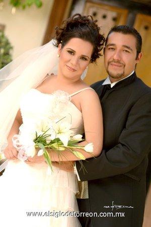 Sr. Carlos Alberto Chavarría Urbina y Srita. Denise Hinojosa Medrano unieron sus vidas en sagrado matrimonio en la parroquia del Inmaculado Corazón de María el sábado 20 de octubre de 2007. <p> <i>Estudio Carlos Maqueda</i>