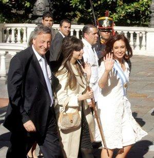 La presidenta de Argentina, Cristina Kirchner estuvo acompañada en todo momento por su hija, Florencia Kirchner, y su esposo, el ex mandatario Néstor Kirchner.
