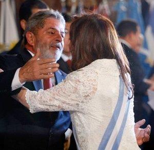 El presidente de Brasil, Luiz Inácio Lula da Silva  saluda a la nueva presidenta de Argentina, Cristina Fernández de Kirchner durante la ceremonia de toma de posesión presidencial en la sede del parlamento.