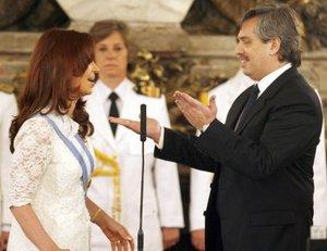 """Cristina Fernández de Kirchner rogó a Dios """"que me equivoque lo menos posible"""", al improvisar su mensaje inaugural luego de jurar ante el Congreso como nueva presidenta de Argentina."""