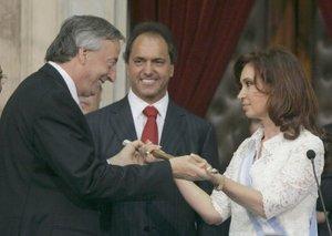 Cristina Fernández se comprometió a seguir impulsando la enérgica política de defensa de los derechos humanos implantada por su esposo, que comprende el castigo judicial a sus violadores.