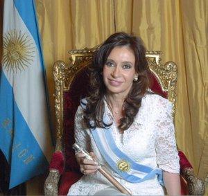 Cristina Fernández de Kirchner, una carismática abogada de 54 años, prestó  juramento como mandataria de Argentina para convertirse en la quinta mujer presidenta en la historia de Latinoamérica.