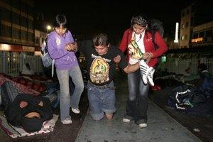 Un creyente recorrió los más de cinco kilómetros que mide la Calzada de Guadalupe de rodillas, tras caminar cuatro días desde su pueblo.