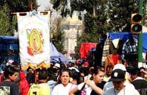 Según la tradición, la Guadalupana se apareció al indígena Juan Diego, en el cerro del Tepeyac, donde ahora se asienta la Basílica.
