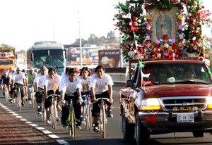 Miles de creyentes llegan en estas fechas de todas partes de México caminando, corriendo o en bicicleta para rendirle homenaje a la virgen de Guadalupe.