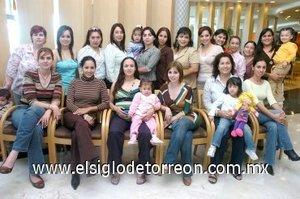 02122007 Un grupo de amistades se reunió en un restaurante para festejar el próximo nacimiento del bebé que espera Diana García de Juárez.