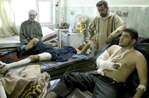 Uno de los heridos  en el triple atentado con coche bomba que se produjo en Amara, sur de Bagdad, Irak.