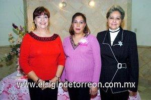 09122007 La festejada junto con las anfitrionas del evento; María Estela Bustamante y María de los Ángeles Mingüer.