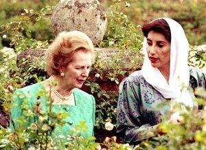 Líder de la oposición de Pakistán Benazir Bhutto paseaba con la Primer Ministra británica, Margaret Thatcher en el jardín de rosas en Chequers.
