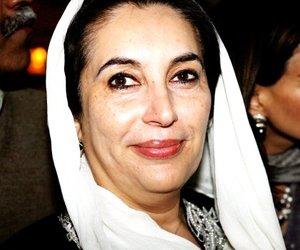 Según medios paquistaníes, al concluir su intervención, Bhutto se dirigía a su vehículo cuando dos hombres armados con fusiles kalashnikov dispararon contra ella y la alcanzaron en el cuello y la cabeza.