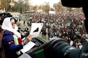 La ex primera ministra de Pakistán y líder del Partido Popular de Pakistán (PPP), Benazir Bhutto , se dirige a sus seguidores durante un acto electoral  poco antes de ser asesinada.