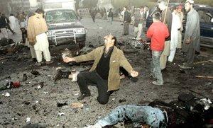 Los partidarios de Bhutto que se encontraban en el hospital estallaron en furia, reventando la entrada de vidrio; otros lloraron.