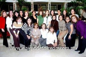 12112007 La futura mamá acompañada por algunas de las asistentes a su fiesta de canastilla.