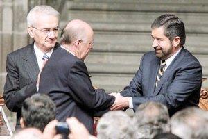 Tras ocho años al frente de la UNAM, el 20 de noviembre Juan Ramón de la Fuente cedió la estafeta de la rectoría a José Narro Robles.