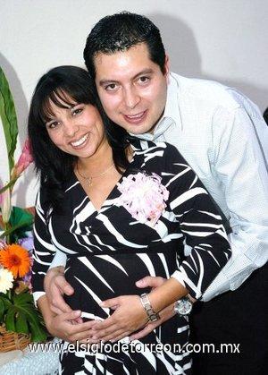 19122007 Brenda Martínez en su fiesta de regalos por el próximo nacimiento de su bebé acompañada por su esposo Carlos de la Cruz.