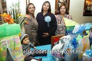 22122007 Luz Estrella Carreón de Jiménez acompañada de las anfitrionas de su fiesta de canastilla, Graciela Vielma de Carreón y Blanca Graciela Carreón de Sánchez.