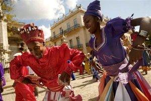 Artistas callejeros bailan para conmemorar el Día de los Reyes Magos, en la Habana, Cuba.