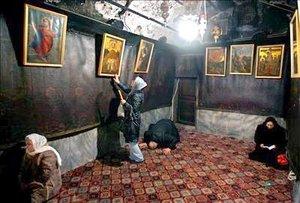 Unas monjas franciscanas visitan la iglesia de la Natividad de la ciudad cisjordana de Belén con motivo del Día de los Reyes Magos.