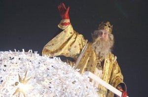 Miles de niños recibieron a los Reyes Magos de Oriente en ciudades de toda España donde, un año más, se realizaron las tradicionales cabalgatas.
