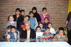 02012008 En compañía de sus nietos y bisnietos doña Adela Velázquez.