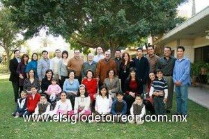 03012008 Barulio Fernández Aguirre acompañado a la descendencia que ha formado las familias Fernández Aguirre, Fernández Murra, Fernández Sirgo y López Fernández.