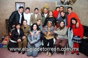 03012008 Doña María Dolores Rosales Muñoz festejó su cumpleaños número 90 y la Navidad en compañía de todos sus familiares.