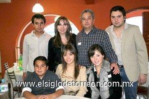 04012008 Ana Sofía, Ale, Mauricio, Diego y Jesús Mijares con sus papás Rosy Aguilera de Mijares y Mauricio Mijares Solares.