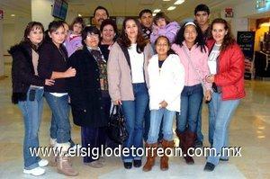 04012008 Cecilia Durán Salazar, Dalys y Fernanda Martínez Durán llegaron de un viaje de placer realizado a Panamá y fueron recibidas por Isabel, Irma, Rosa, Adriana, Juan Luis y por la familia Delgado.