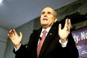 Giuliani, un hombre políticamente muy combativo, mantuvo con Hillary Clinton una dura pugna por ocupar uno de los dos puestos de Nueva York al Senado, lucha a la que tuvo que renunciar tras serle detectado un cáncer de próstata en 2000.
