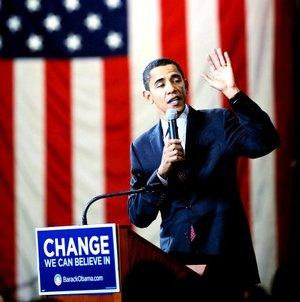 Barack Obama, el hombre que aspira a convertirse en el primer presidente negro de EU., dio el primer paso hacia la Casa Blanca al vencer a sus rivales demócratas en los caucus de Iowa.