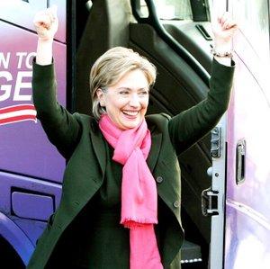 La senadora Hillary Clinton se presenta como la candidata con más experiencia en los pasillos del poder, lista para asumir el timón de la primera potencia mundial desde el primer día.