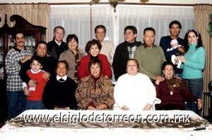 06012007 La festejada acompañada en su cumpleaños por familiares y amistades.