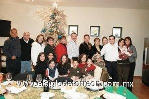 06012008 El 25 de diciembre la familia Silveyra se reunió en su residencia de Campestre La Rosita para disfrutar de una deliciosa comida navideña y aprovecharon para brindarse los mejores deseos para 2008.