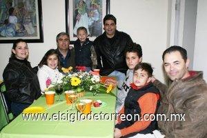 06012008 Karla von Bertrab de Muñoz, Marla Amelia Muñoz, Ricardo Muñoz, Adolfo, Raymundo, Rodrigo, Rico y Rolando Muñoz, en reciente evento social.