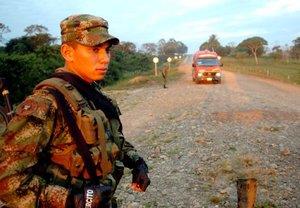 Soldados vigilaban las carreteras del departamento colombiano del Guaviare, previo al inicio de una segunda operación humanitaria para la entrega de las rehenes secuestradas.