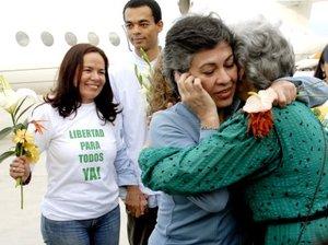 Ambas mujeres fueron recibidas con flores y abrazos por sus familiares, que los esperaban la rampa presidencial del aeropuerto junto a varios funcionarios del Gobierno del presidente de Venezuela, Hugo Chávez.