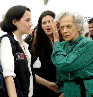 Las ex rehenes de las FARC Clara Rojas y Consuelo González de Perdomo se reencontraron con varios de sus familiares en el aeropuerto de Maiquetía, cercano a Caracas, en medio de un clima de gran emotividad y alegría.