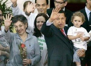 Clara Rojas y Consuelo González de Perdomo, liberadas del cautiverio por la guerrilla de las FARC, pidieron al presidente venezolano, Hugo Chávez, no bajar la guardia con el tema de los secuestrados.