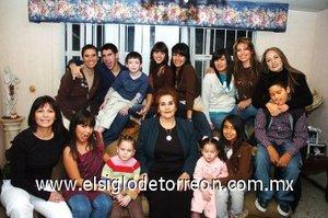 06012008_d_La señora Salomé Sánchez de Martínez acompañada de sus hijas y sus nietos en su cena de Año Nuevo.
