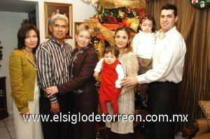 07012008 Héctor García Rosales y María Magdalena de García acompañados de sus hijos Héctor y María Magdalena García Pérez, su nuera Claudia Nelly C. de García y sus nietas Andrea y Natalia García Carlos.